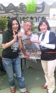 登米市で開催された「登米・南三陸観光物産復興祭」で、「上々颱風(シャンシャンタイフーン)」のボーカル白崎映美さん(酒田市出身)と(2011年6月12日)