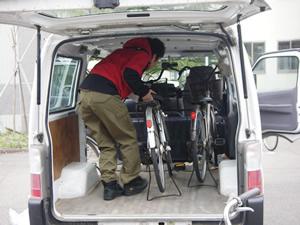 本格的な活動を開始。修理した中古自転車をワゴン車に積み込む(2011年4月21日)