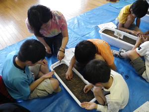 朝暘三小の小学生と一緒に花の種まく(2012年6月28日)