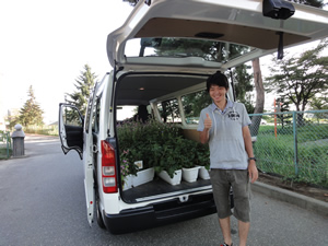 きれいな花と小学生の温かい気持ちをワゴン車に積み宮城県南三陸町へ(2012年9月14日)