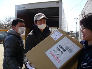 ストックヤードとしてお借りしていた東松島市矢本東中学校の体育館に、ユニクロの社員さんたちがトラックで衣類を届けてくれた