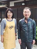 新関徳次郎さんと妻のさとみさん