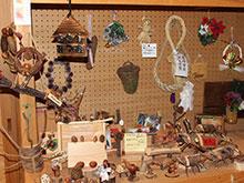 木もれび館内 木工クラフト展示