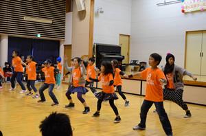 子どもたちにダンス指導